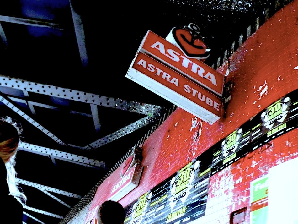 Die Astra Stube in der Holstenstraße ist als Plattencover bei Jan Delay auf Wir Kinder vom Bahnhof Soul verewigt. Die Astra Stube in der Sternschanze in Hamburg. Ein Stück echtes Hamburg.