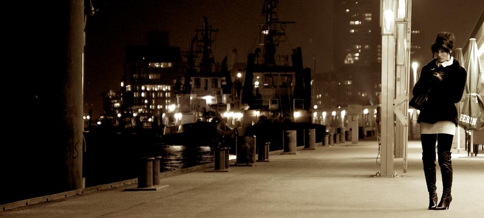 Hamburger Hafen, auf den Landungsbrücken bei Nacht.