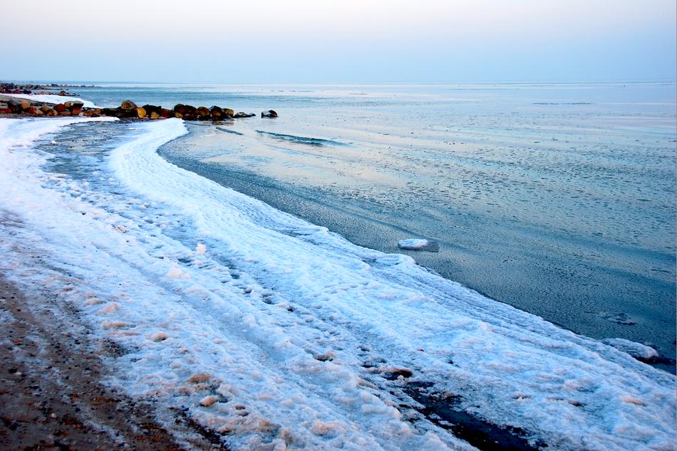 Strand mit Eis und Schnee - Grömitz im Winter