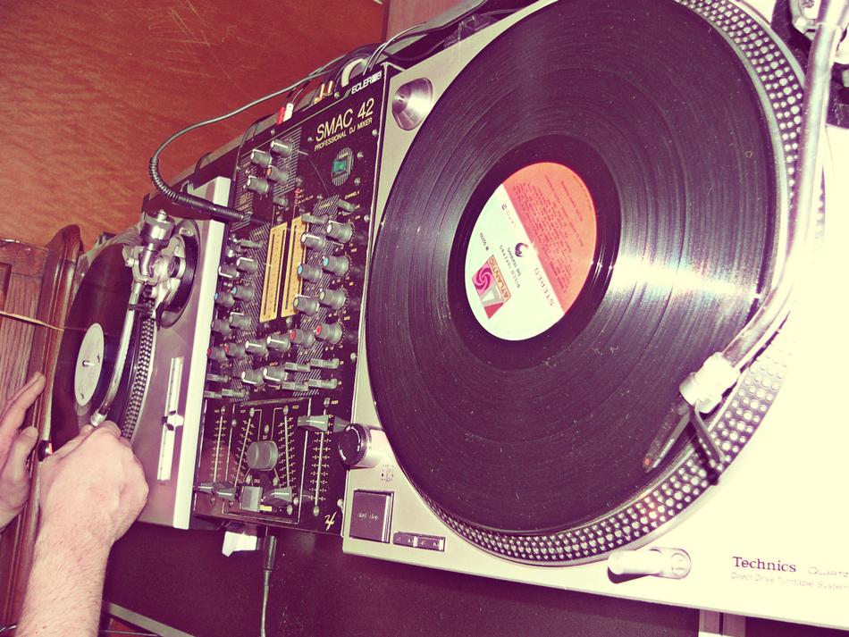 Vinyl- und Würstchenwender mit Technics SL 1210 und Ecler Mischpult live am Set