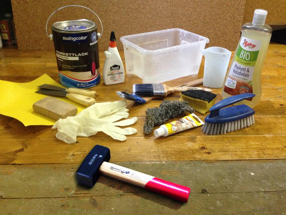 Die meisten der verwendeten Materialien und Werkzeuge. Ebenso unerlässlich: Staubsauger für Krümel und Schleifstaub sowie Schaumstoffkissen für die Knie/den Po.