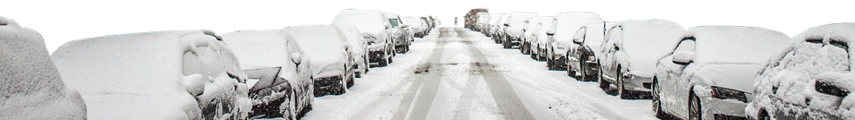 verschneite Straße und Autos am Fahrbahnrand