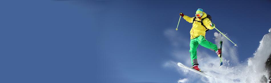 Skifahrer bei Sprung in der Luft mit Schneestaub