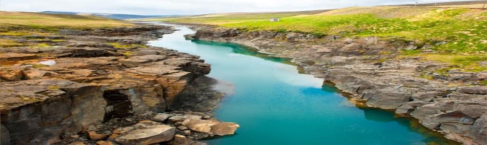 In Fels eingeschnittenes Flussbett - Bild für Kompressionstherapie bei Ortho-Huber