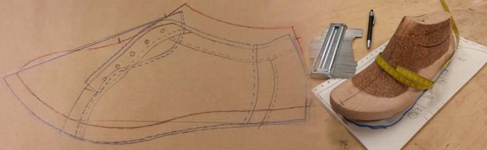 Skizze und Werkzeug zur handwerklichen Fertigung eines Schuhs
