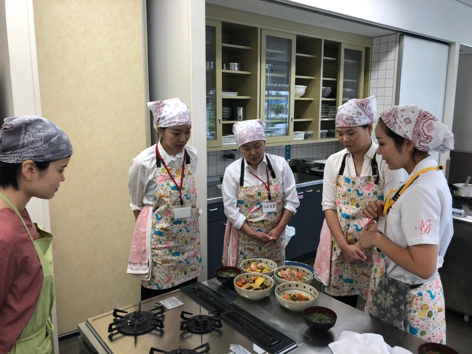 坂口さんから簡単美味しい煮物の作り方を教えてもらっています。