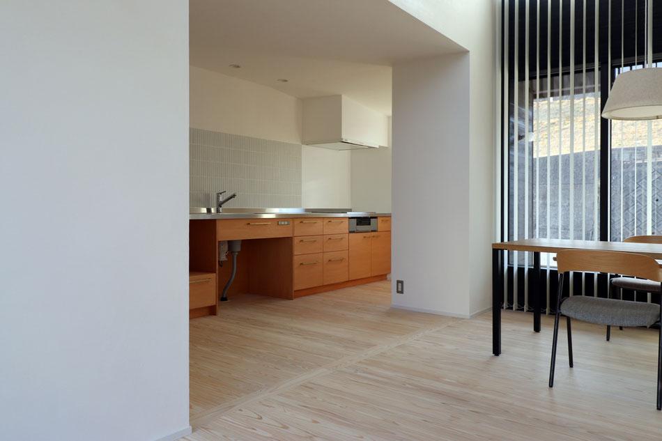 造作キッチンとボーダータイル、杉無垢フローリング