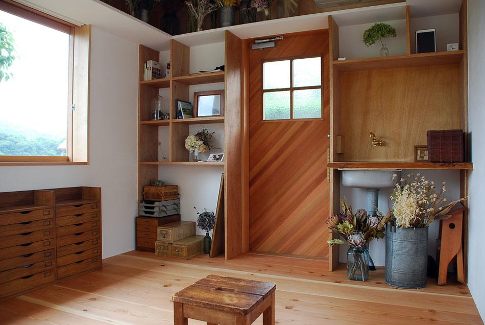 玄関戸と収納棚。