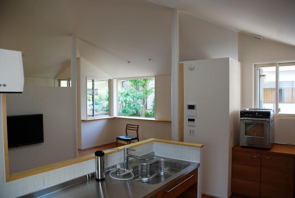 キッチンに立つ時間が長い建て主にあわせて、キッチンからの眺めが一番良いようにしている。