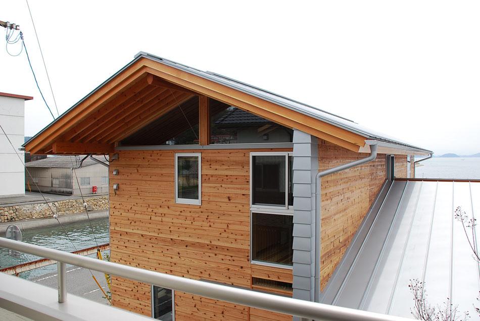 北側屋根廻り。  軒を大きく張り出し、玄関の庇の役目を果たす。