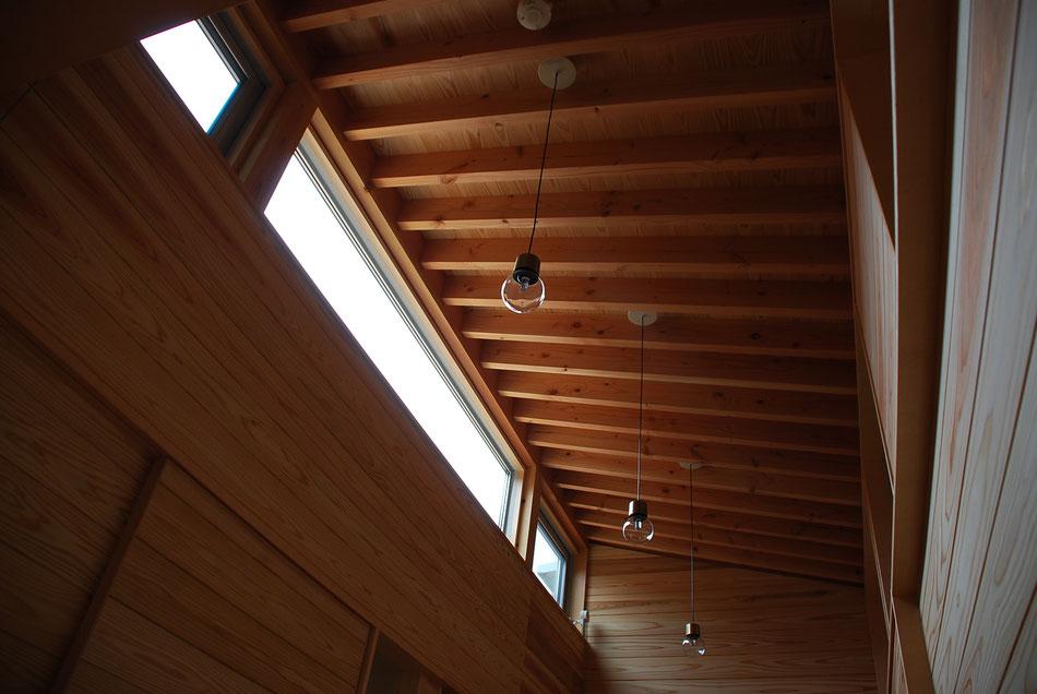 廊下上部のハイサイドライト。  廊下と分娩室へ光を導く。