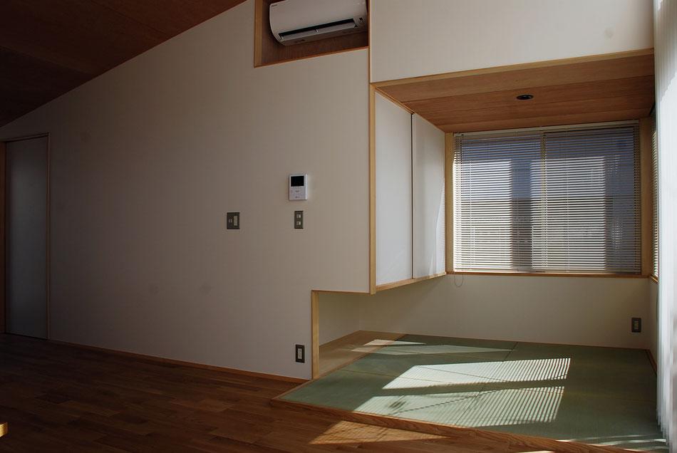 2人が布団を敷いて寝る最小限の畳敷は、天井高さを抑えている。