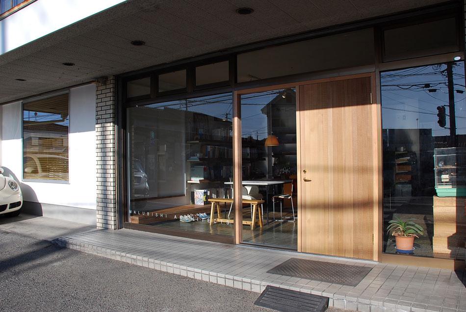 元酒屋のテンパードアを取外し、右側に木製外開き戸を設置。左側は木製フィックス窓とする。