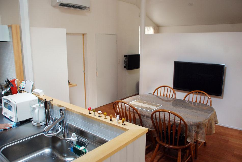2台のテレビは壁掛けとし、すっきりさせている。エアコンは1台でまかなえるように、間仕切り高さやエアコン位置を設定している。