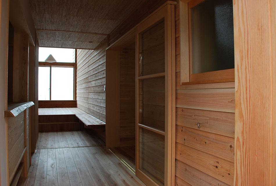 木で覆われた内部空間。正面の窓からは瀬戸内海が目前に広がる。  内部壁は外部壁と同じ下見板張り。