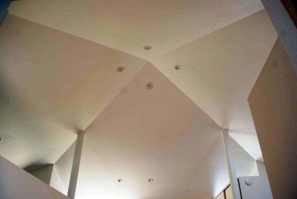 天井を見上げると、折り紙で折ったようなきれいな線が対角上に走っている。八角形の四本の柱が屋根を支えている。
