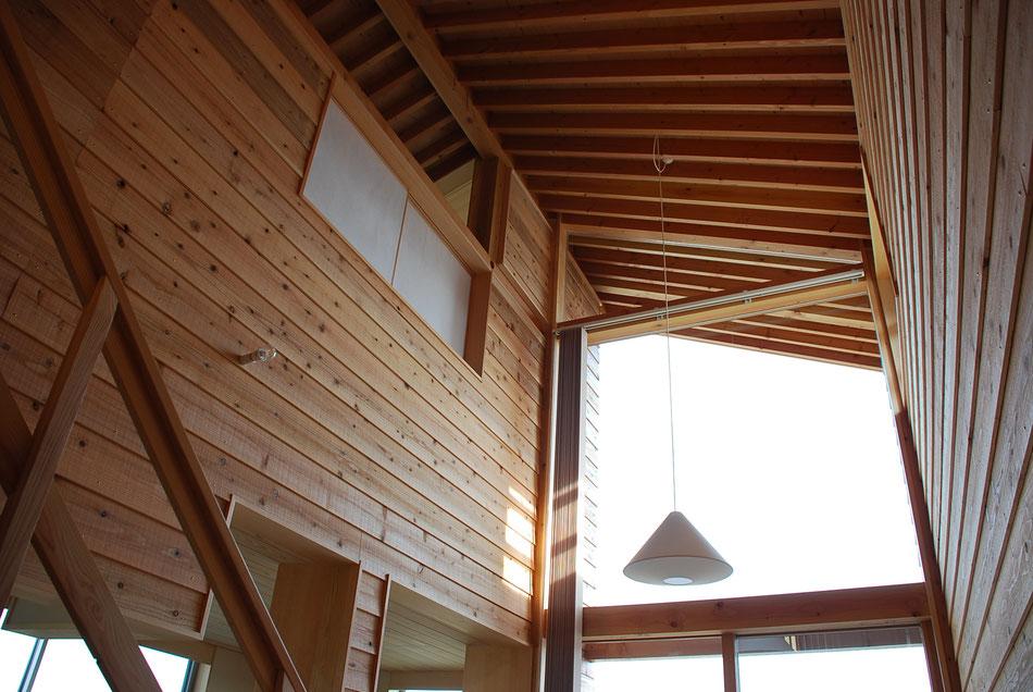 ホール天井の見上げ。垂木の連続が外まで続きていきます。  左上の障子の見える部屋は、マッサージを施術する部屋になっています。