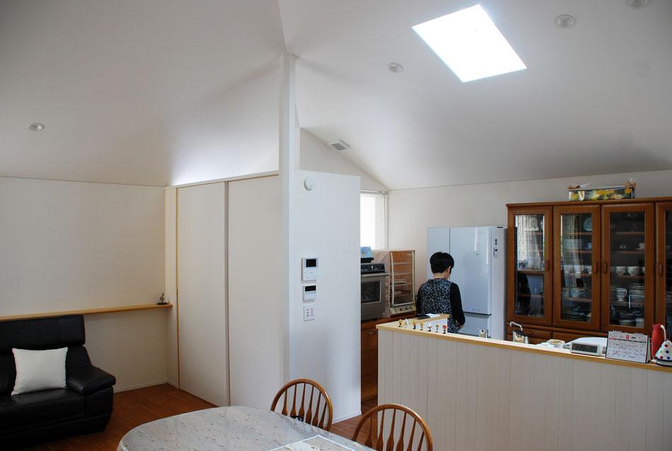 玄関戸の内側に引違戸があり、戸を閉めると玄関の存在を隠すことができる。引違の右側を開けると収納となっている。