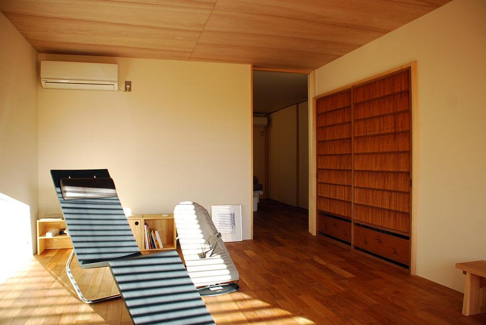 右側の御簾戸は、昔実家で使用していたものを保管しており、それを持ち出しサイズに合わせて嵌め込んだもの。