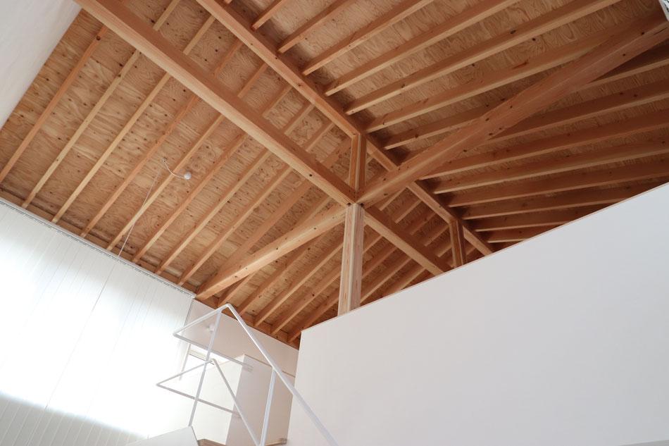 現し天井と垂木の連続