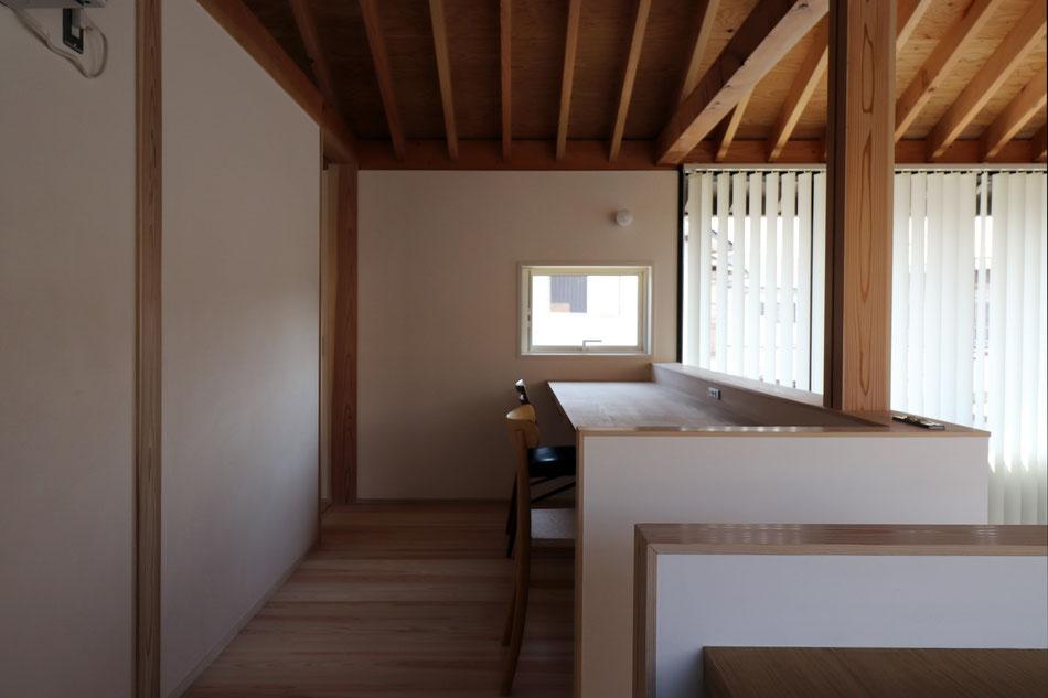 南の窓からの光で明るいキッチン。床は床暖房の上に大理石張り。