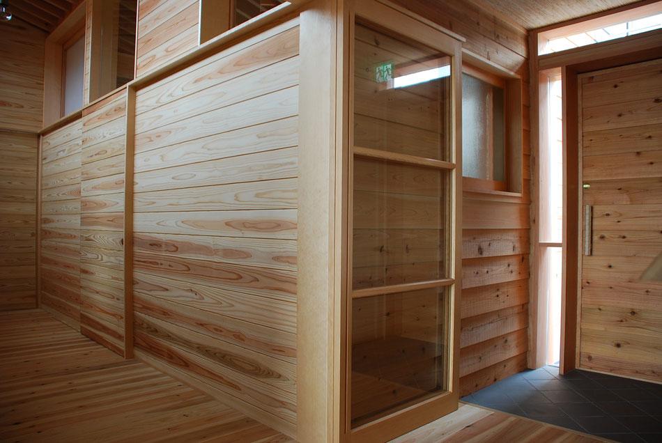 杉板で覆われた空間。  木の香りが室内を包む。