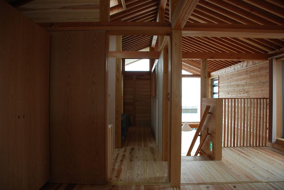 正面奥の部屋はマッサージルーム。  そのさらに奥は浴室で、上部の窓が見えている。