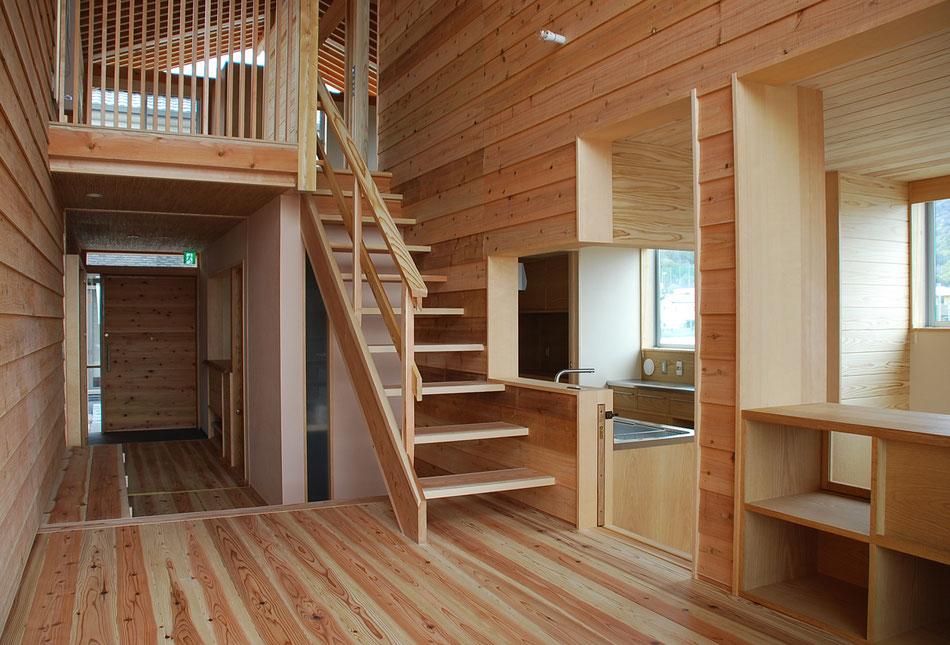 ホールから2階に上がる階段をみる。