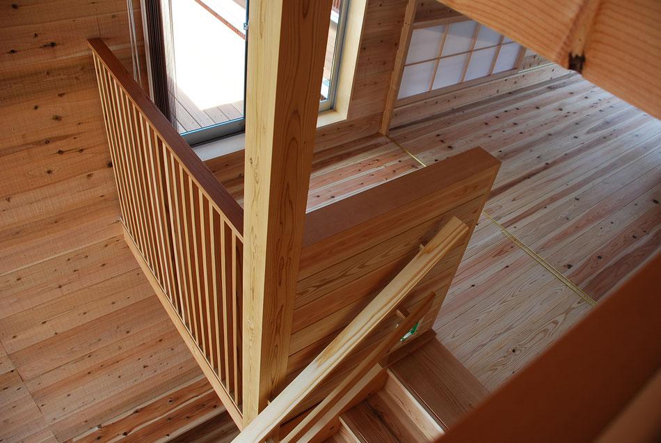 中央上部はベランダへの出入口。右上の障子を開くと、1階の廊下を見下ろすことができる。