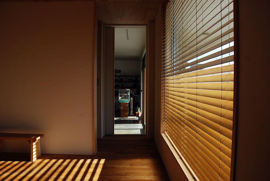事務所と隔てる壁に開口をあけ、室内同士で行き来できるようにしている。