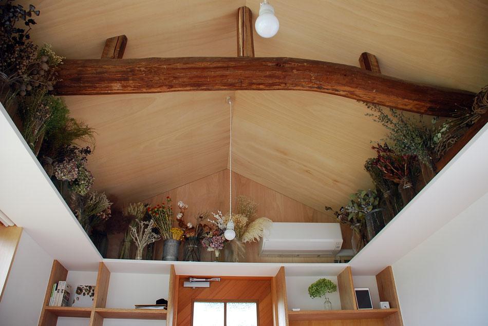 棚板には、作品に使用するドライフラワーが並ぶ。