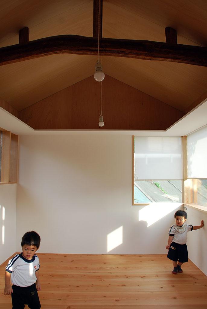 幅広の無垢フローリングに、漆喰壁。  窓上にぐるりと棚板が巡る。