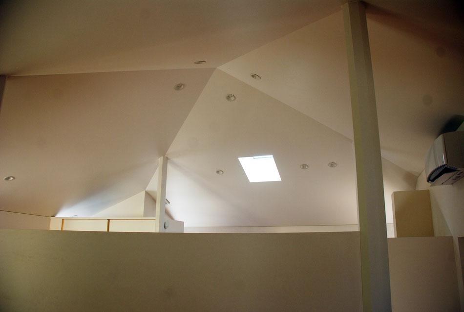 寝室側から天井を見上げる。方形屋根の勾配と同じ形状の天井。