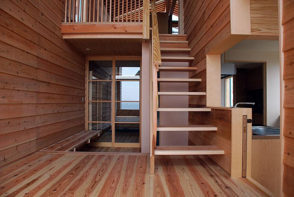 メインホール。周辺床高さより2段高くなっているため、2階がとても近く感じられる。