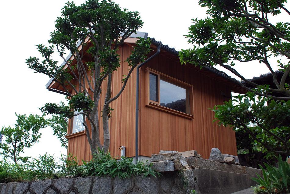スロープからの見上げ。  細くした木板張りの連続が美しい。 陰影のある木製建具。