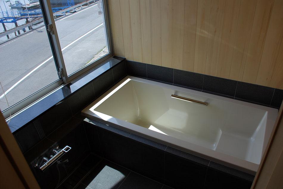 海を眺める2階の浴室。  腰下は御影石張り、腰上は米ヒバ張り。  木の香りが充満しています。