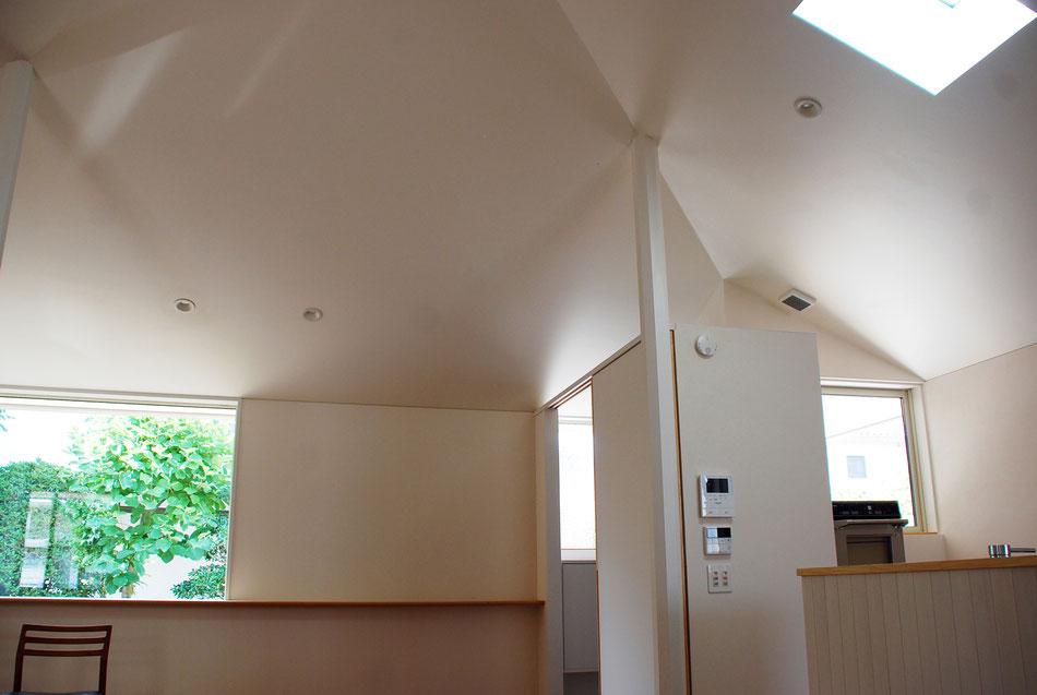 向きの違う窓からさまざまな角度の光が、室内に陰影を作っている。