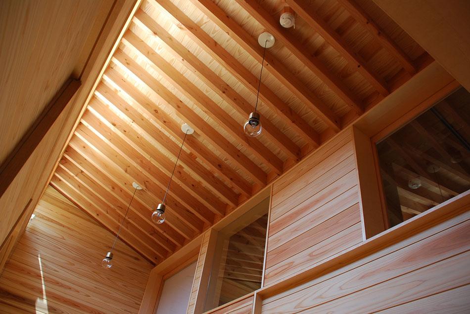 同じく廊下上部の様子。  右手が分娩室で、ガラス戸を通して分娩室内に光を通す。