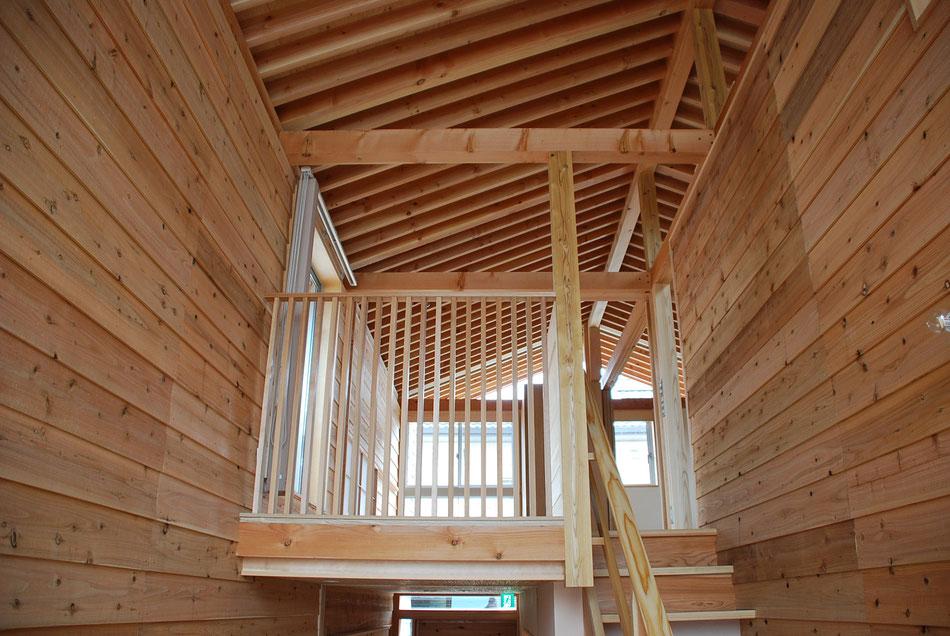 2階屋根の垂木の連続がみえる。