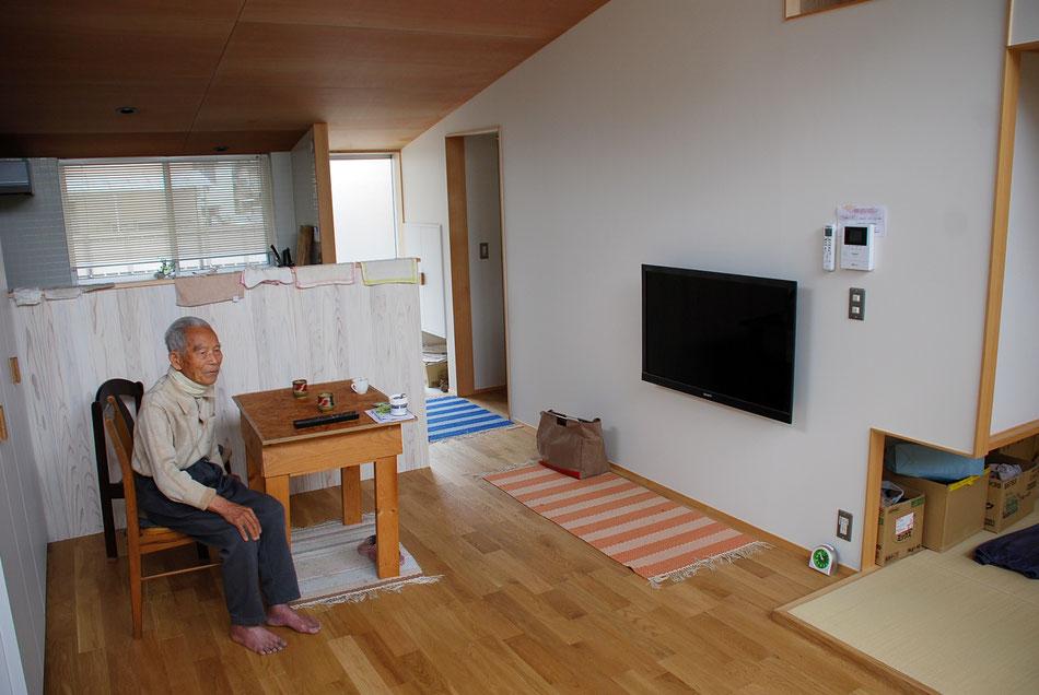 北側のキッチンを見た様子。  北側天井高は最小で1.9m程までぐっと絞っている。