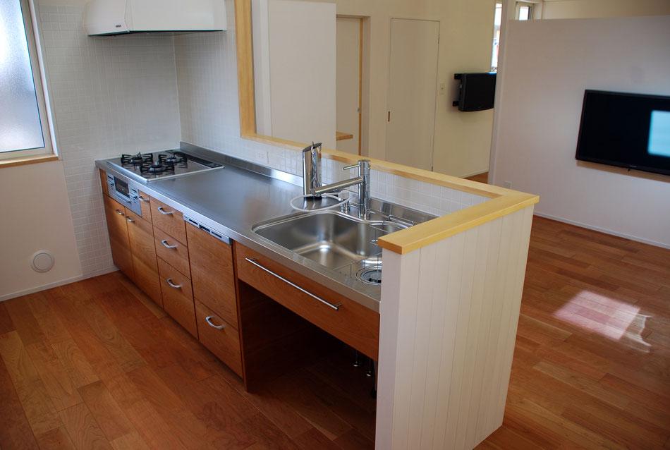 家具工事でキッチンを製作。床材にあわせてブラックチェリーの面材にしている。