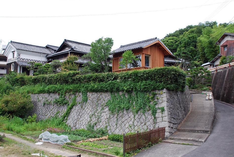 蔵と母屋の瓦屋根と連続した風景となる。