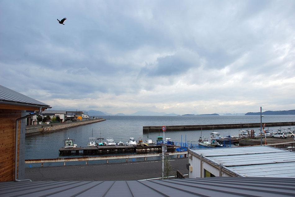 屋上からの眺め。目の前に瀬戸内海が広がります。