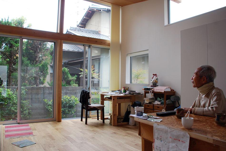 隣地建物屋根や植栽を越えて、日光が沢山入っている。  雰囲気よりも実利を優先した設計。