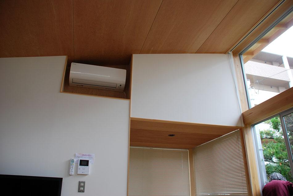 エアコンは出っ張らないように、引っ込めて納めている。