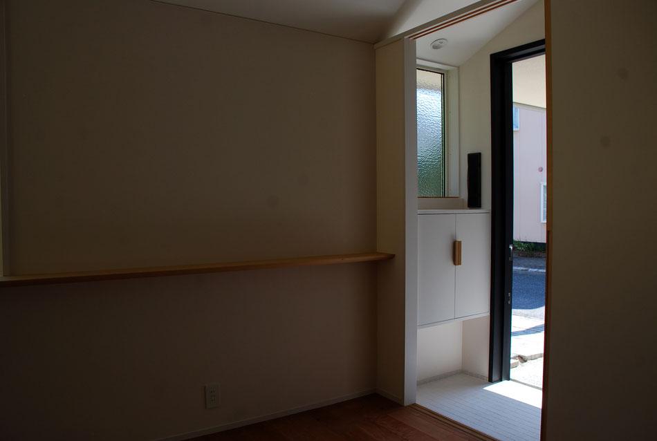玄関廻りは、小さくも素材感を大切に。こだわりの型板ガラス、壁貫通型ポスト、12足入る靴箱手掛けはナラ、白50角土間タイル。