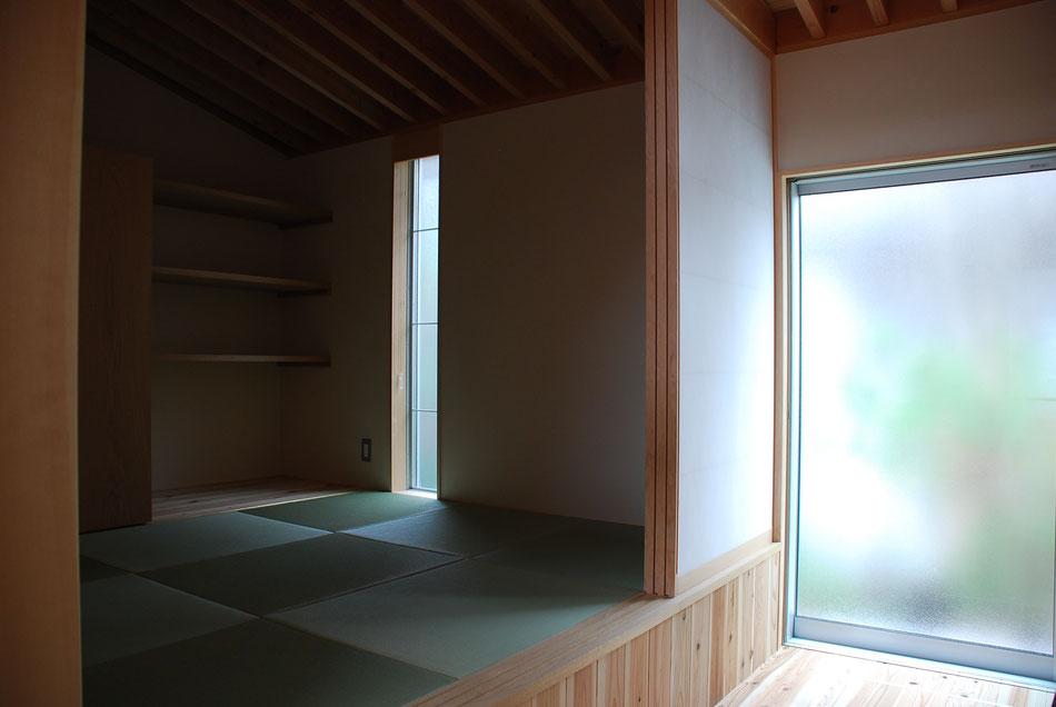 一段高くなった左手畳敷きが分娩室。  畳の上に布団をひき、光量を調整された薄暗い中でお産をします。