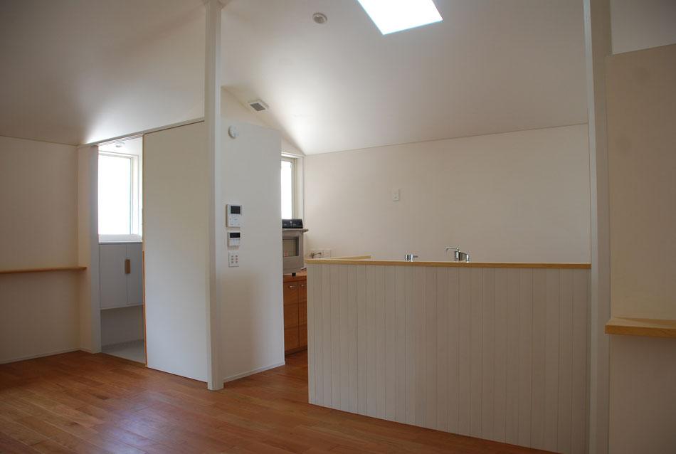 日中でもキッチンが常に明るくするために、キッチンシンク上に天窓をつけている。