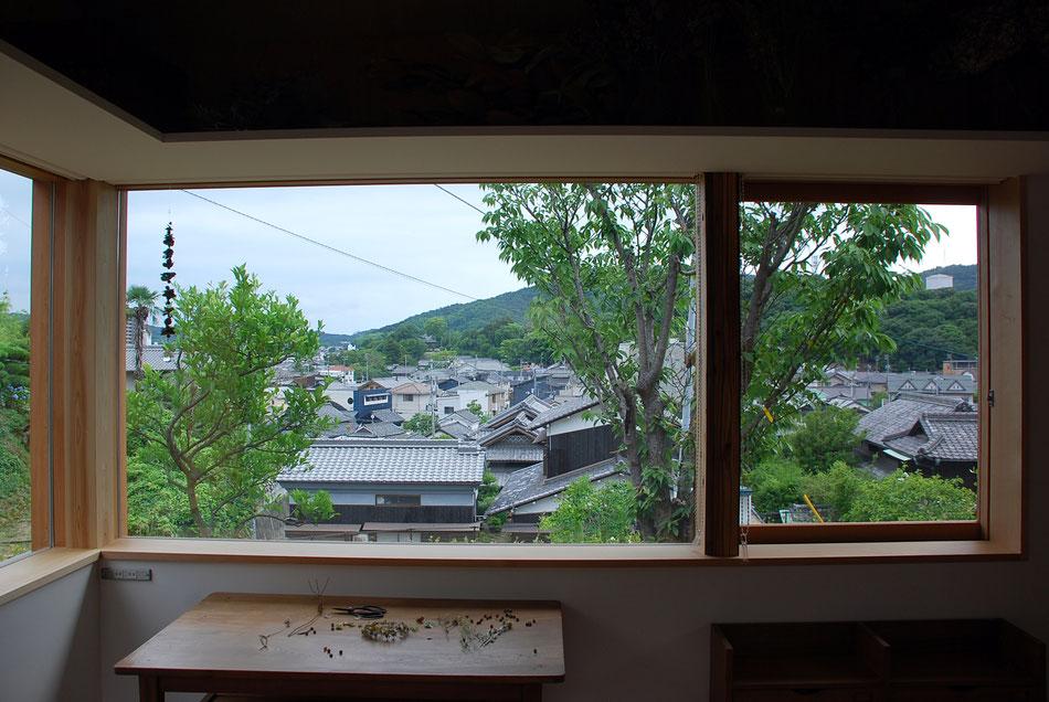 谷への眺望。谷の向こうに海が続いている。  左の二つの窓ははめ殺し窓。右手の窓は片引き窓となっている。