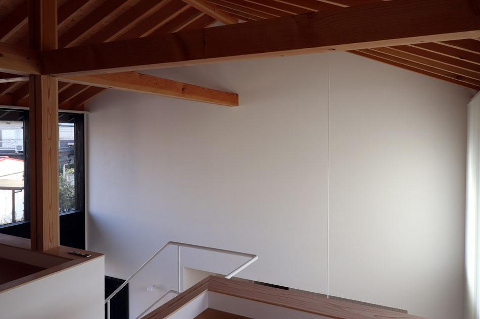 市松配置の縁なし目積表。天井の合板も市松配置に。現しの柱はチーク。
